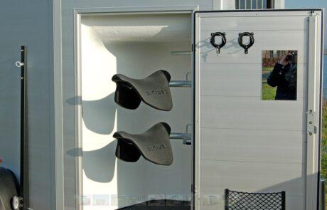 hoher Pferdeanhänger mit Sattelkammer
